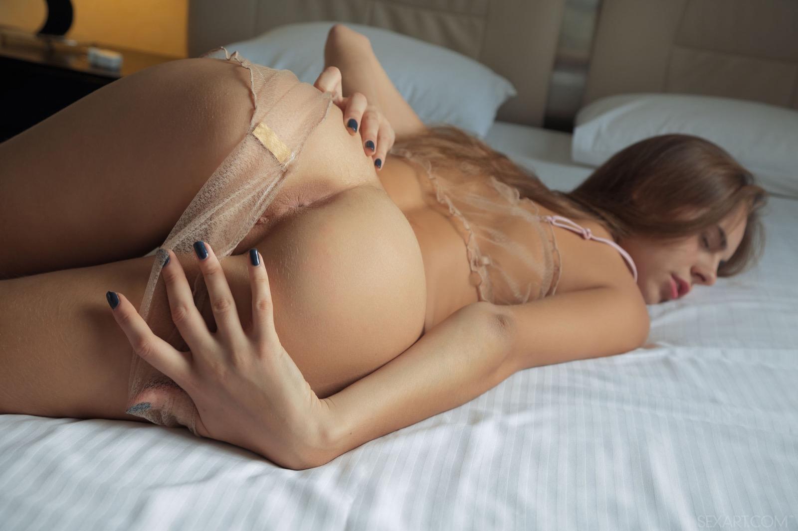 La chatte humide de seins