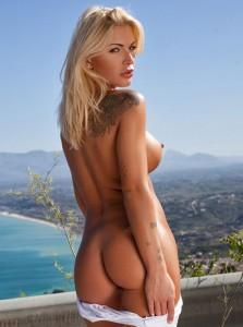 Brigitta pose nue pour Photodromm