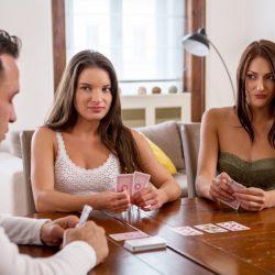 Strip Poker avec 2 coquines magnifiques